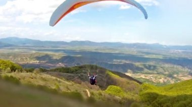 Paragliding over the mountain range — Stock Video