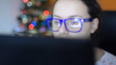 Mujer usando computadora — Vídeo de stock