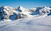 Lyžařské stopy ve sněhu vysoko v horách — Stock fotografie