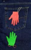 La poche de jeans et deux paumes de main de papier — Photo