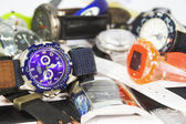 Pilha de vários relógios de pulso — Foto Stock