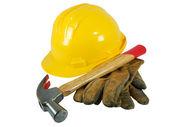 黄色安全帽、 旧皮革手套和孤立在白色背景上的一把锤子 — 图库照片