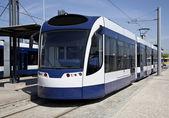 Moderne tram geparkeerd op het metro station — Stockfoto