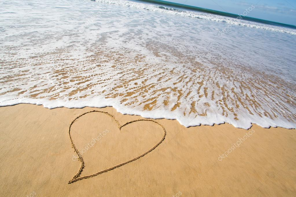 Cuore disegnato sulla sabbia della spiaggia di liscia for Disegni moderni della casa sulla spiaggia