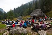 Tourists take a rest and have snacks on Strazyska Meadow — Stock Photo