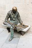 マドリードで新聞を読んで男の像 — ストック写真
