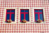 Betegelde muur met boom windows — Stockfoto