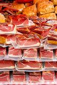 Paketlenmiş bir piyasa üzerinde et parçaları — Stok fotoğraf