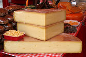 Cheese on the farmer's market — Stockfoto
