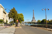 Paris street, Seine, Bir-Hakeim bridge  and Eiffel tower — Stock Photo