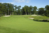 Golf fairway and green with bunkers — Stockfoto