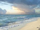Sabah fırtına bulutları yere denizinde kumsalda — Stok fotoğraf