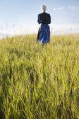 расфокусированные амишей женщину ходить в поле — Стоковое фото