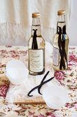 Vanille-extrakt und vanilleschoten — Stockfoto