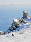 скала и море в зимний период — Стоковое фото