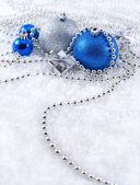 Gümüş ve mavi yılbaşı süsleri — Stok fotoğraf
