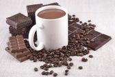 Vit kopp varm choklad på kaffebönor och choklad backgro — Stockfoto