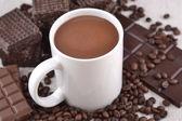 ホワイト チョコレートのカップのホット コーヒー豆とチョコレート backgro — ストック写真
