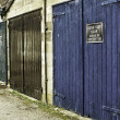 Foto Stock: Row of grungy painted garage doors