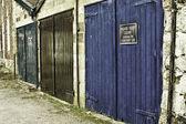 Rij van grungy geschilderde garagedeuren — Stockfoto