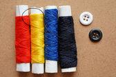 Acessórios de costura: dedal, linha sobre uma mesa de madeira — Fotografia Stock