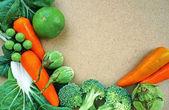 ヴィンテージの木製のテーブルに新鮮な有機野菜 — ストック写真