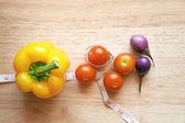 Frutas frescas em fundo de quadro de tábuas de madeira — Foto Stock