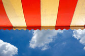 Parlak güneşli mavi gökyüzü üzerine tente — Stok fotoğraf