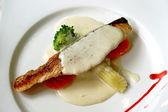 Salmão grelhado com folha de salada fresca — Foto Stock