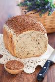 хлеб с отрубями льна семена и ржи — Стоковое фото