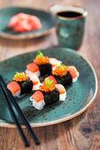 Shirataki sushi s lososem a kaviárem — Stock fotografie
