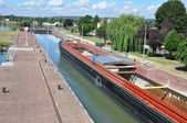 Barge in a lock - AMFREVILLE-SOUS-LES-MONTS (EURE) FRANCE — Stock Photo