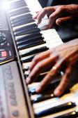 Pianist een piano spelen — Stockfoto