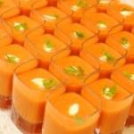 顶视图的橙色方形眼镜在点燃的蜡烛 — 图库照片