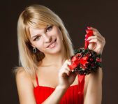圣诞装饰品的漂亮女孩 — 图库照片