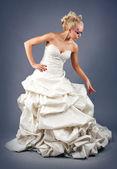 Modell in ein hochzeitskleid — Stockfoto