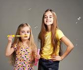 Dvě dívky hrát bublina — Stock fotografie
