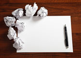 Prázdný papír s perem — Stock fotografie