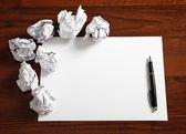 чистый лист бумаги с ручкой — Стоковое фото