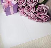 Tarjeta en blanco con flores y regalos — Foto de Stock