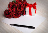 Blank greeting card with flowers and gift — Foto de Stock