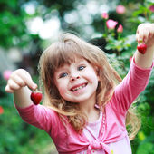 Girl play with strawberry — Stockfoto
