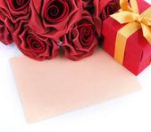 Grußkarte mit roten blumen und geschenke — Stockfoto