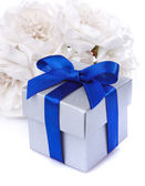 Vita blommor och presentförpackning — Stockfoto