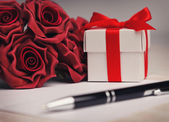 Card with flowers and gift — Stock Photo