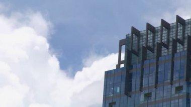 Nubi su edificio lasso di tempo — Video Stock