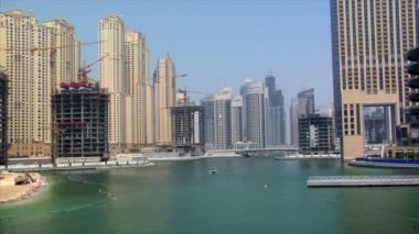 Boat arrive dubai marina speed ramp — Stock Video
