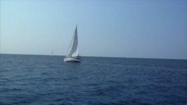 Plachetnice na lodi — Stock video