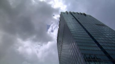 Dark clouds over building time lapse 10095 — Stock Video