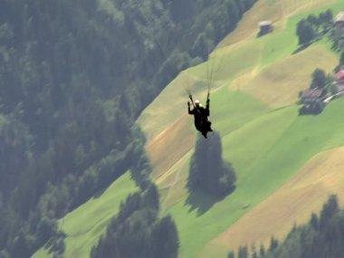 Paraglider over austrian village 10325 — Stock Video